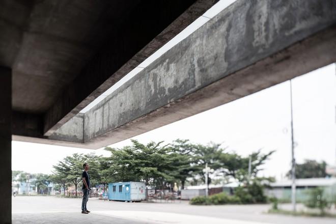 Nhà chờ xe bus đầy rêu mốc của Việt Nam xuất hiện trên báo ngoại - Ảnh 1.