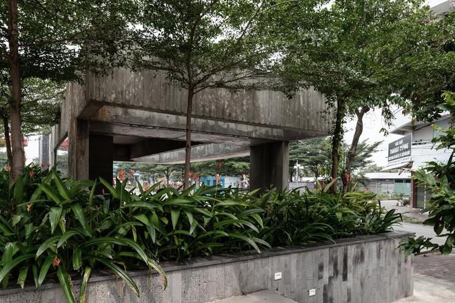 Nhà chờ xe bus đầy rêu mốc của Việt Nam xuất hiện trên báo ngoại - Ảnh 5.
