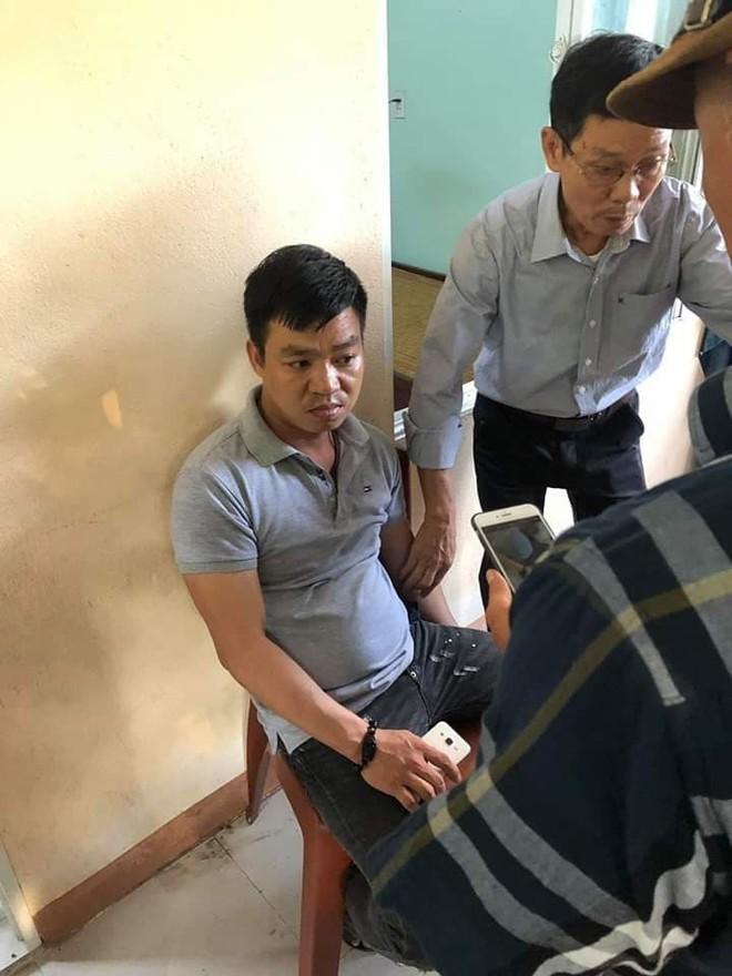 Nam thanh niên lẻn vào trường tiểu học, phụ huynh vây bắt vì nghi bắt cóc trẻ em - Ảnh 1.