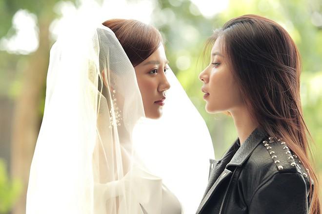 Văn Mai Hương gây sốc khi diễn cảnh hôn đắm đuối đồng nghiệp nữ - Ảnh 11.