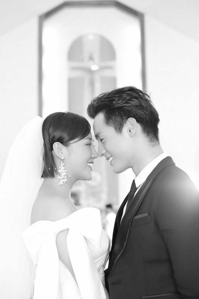 Văn Mai Hương gây sốc khi diễn cảnh hôn đắm đuối đồng nghiệp nữ - Ảnh 9.
