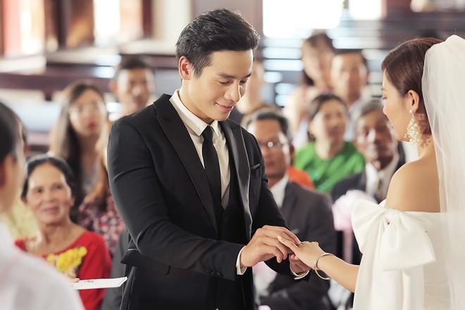 Văn Mai Hương gây sốc khi diễn cảnh hôn đắm đuối đồng nghiệp nữ - Ảnh 8.