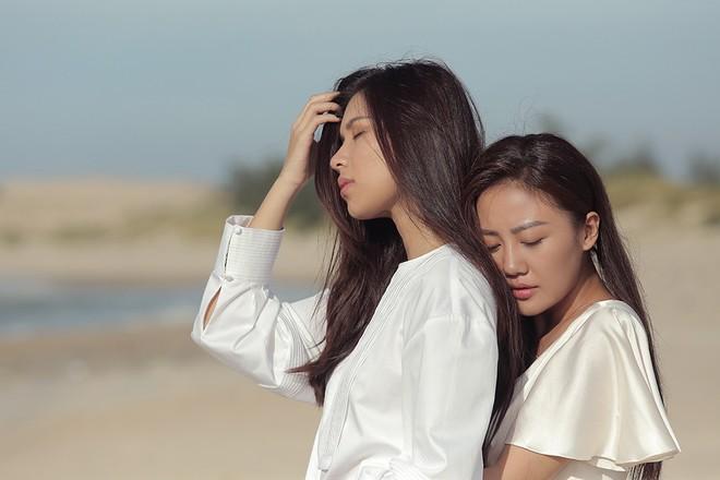 Văn Mai Hương gây sốc khi diễn cảnh hôn đắm đuối đồng nghiệp nữ - Ảnh 4.