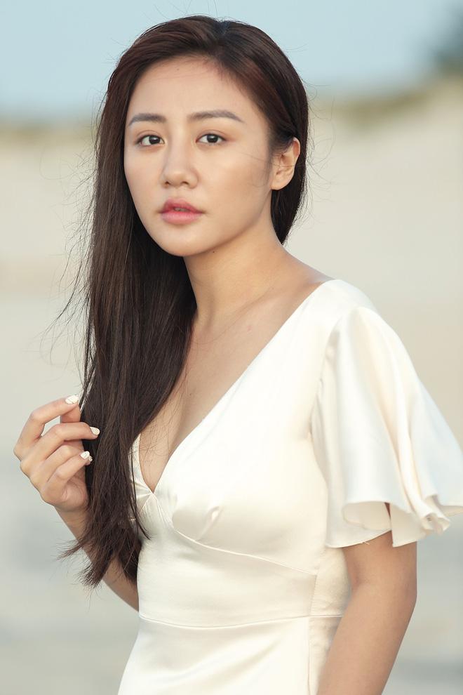Văn Mai Hương gây sốc khi diễn cảnh hôn đắm đuối đồng nghiệp nữ - Ảnh 1.