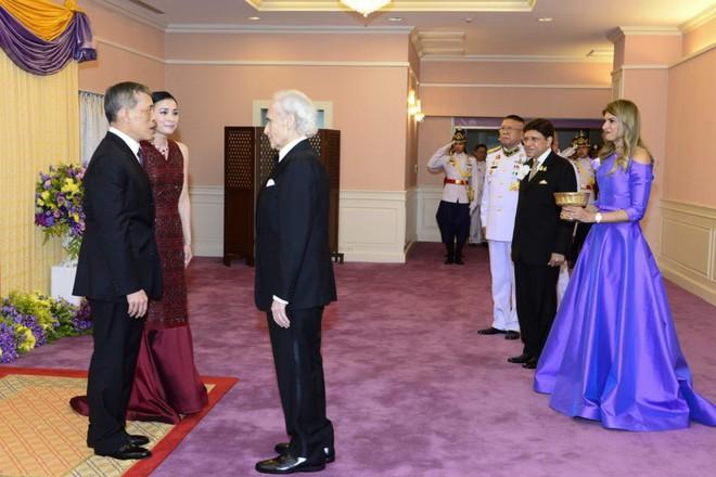 Xuất hiện sau sóng gió hậu cung, Hoàng hậu Thái Lan tươi cười rạng rỡ khi tham dự sự kiện cùng chồng - Ảnh 3.