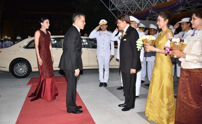 Xuất hiện sau sóng gió hậu cung, Hoàng hậu Thái Lan tươi cười rạng rỡ khi tham dự sự kiện cùng chồng - Ảnh 1.