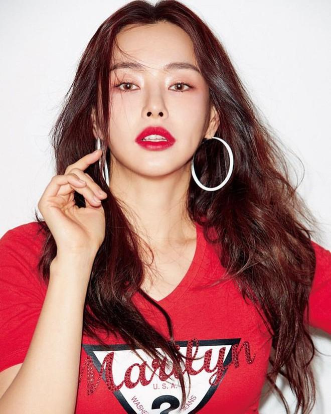 Hoa hậu Hàn Quốc Honey Lee U40 ngày càng đẹp rực rỡ - Ảnh 1.