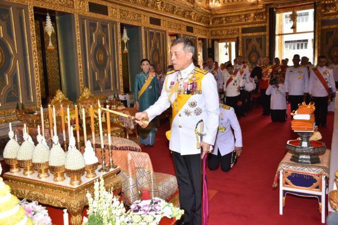 Giữa xôn xao phế truất Hoàng phi, Hoàng gia Thái Lan đăng ảnh Nhà vua-Hoàng hậu như hình với bóng 3 ngày liên tiếp - Ảnh 1.