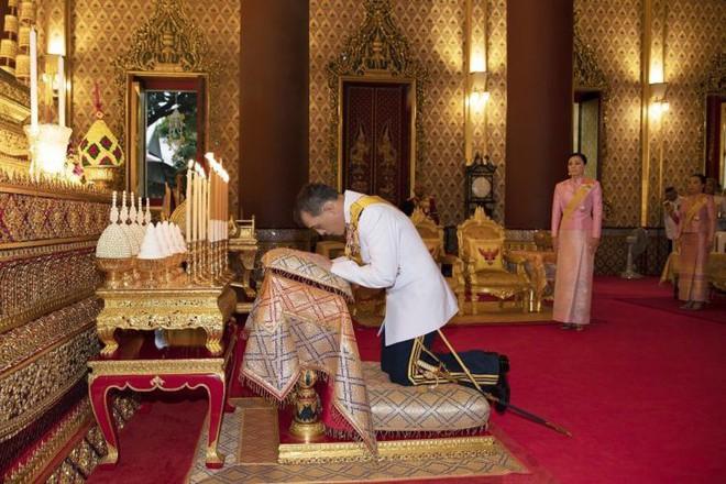 Giữa xôn xao phế truất Hoàng phi, Hoàng gia Thái Lan đăng ảnh Nhà vua-Hoàng hậu như hình với bóng 3 ngày liên tiếp - Ảnh 2.