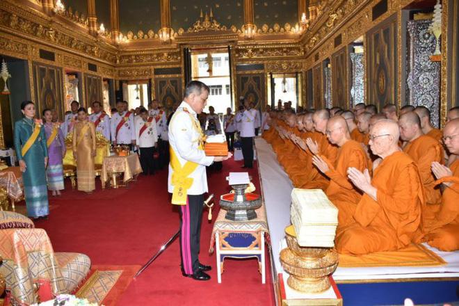 Giữa xôn xao phế truất Hoàng phi, Hoàng gia Thái Lan đăng ảnh Nhà vua-Hoàng hậu như hình với bóng 3 ngày liên tiếp - Ảnh 4.