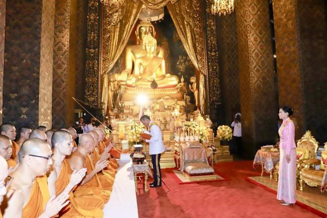 Giữa xôn xao phế truất Hoàng phi, Hoàng gia Thái Lan đăng ảnh Nhà vua-Hoàng hậu như hình với bóng 3 ngày liên tiếp - Ảnh 7.