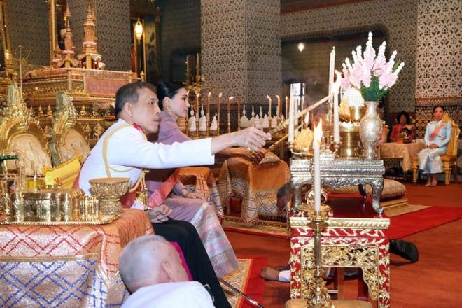 Giữa xôn xao phế truất Hoàng phi, Hoàng gia Thái Lan đăng ảnh Nhà vua-Hoàng hậu như hình với bóng 3 ngày liên tiếp - Ảnh 8.