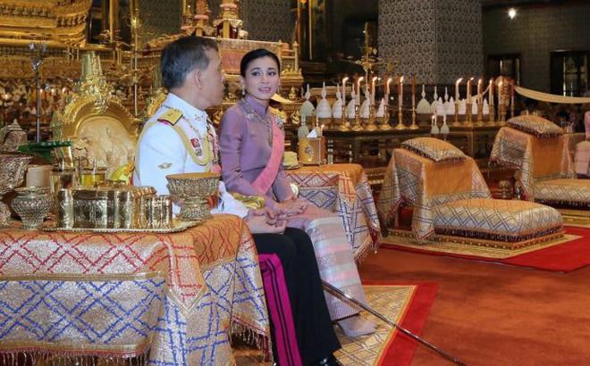 """Giữa xôn xao phế truất Hoàng phi, Hoàng gia Thái Lan đăng ảnh Nhà vua-Hoàng hậu """"như hình với bóng"""" 3 ngày liên tiếp"""