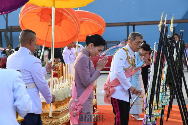 Giữa xôn xao phế truất Hoàng phi, Hoàng gia Thái Lan đăng ảnh Nhà vua-Hoàng hậu như hình với bóng 3 ngày liên tiếp - Ảnh 9.
