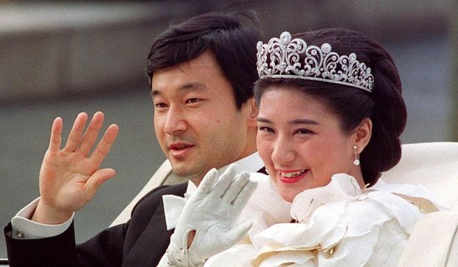 Từ vụ Cựu Hoàng phi Thái Lan bị phế truất tới chuyện hoàng gia Anh, Nhật: Vì sao cuộc sống hoàng gia lại khó khăn đến vậy? - ảnh 12