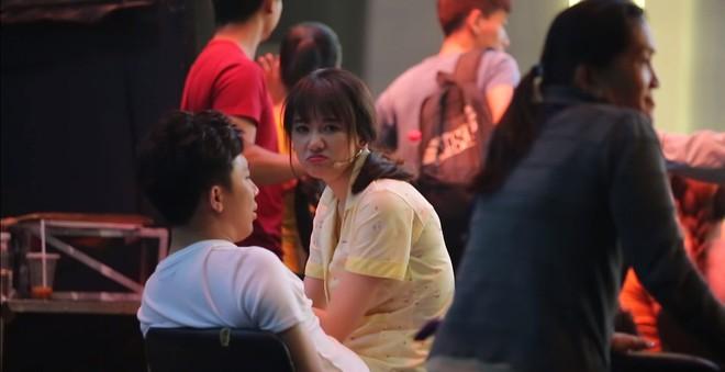 Xúc động cảnh Trấn Thành lặng lẽ đợi Hari Won ghi hình vài tiếng để được gặp ít phút - Ảnh 4.