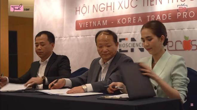 Ngọc Trinh sang Seoul chủ trì Hội nghị đẳng cấp và có hành động kì lạ bất ngờ - Ảnh 3.