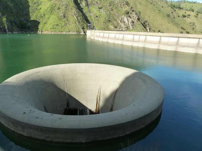 """Giải mã bí ẩn về """"hố đen tử thần"""" hút mọi vật xung quanh ở hồ Berryessa - Ảnh 3."""