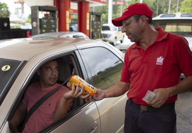 Lạm phát tăng cao, người dân Venezuela mua xăng bằng thuốc lá, gạo... - Ảnh 1.