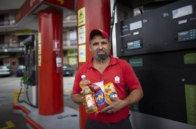 Lạm phát tăng cao, người dân Venezuela mua xăng bằng thuốc lá, gạo... - Ảnh 2.