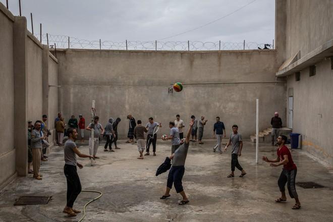 Hé lộ bên trong nhà tù giam khủng bố IS ở Đông Bắc Syria  - Ảnh 1.