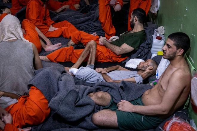 Hé lộ bên trong nhà tù giam khủng bố IS ở Đông Bắc Syria  - Ảnh 2.