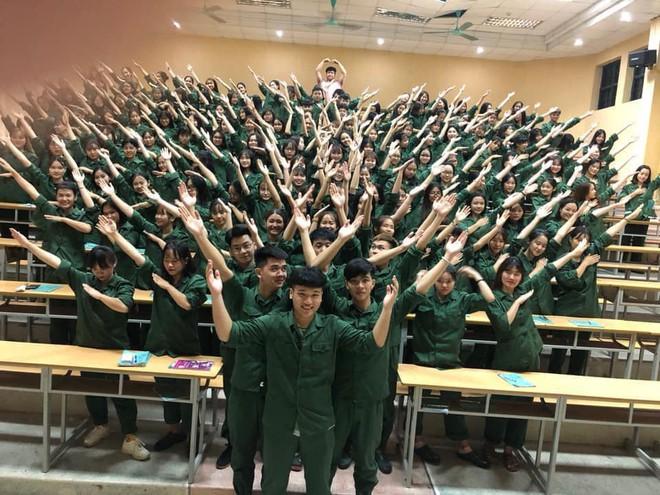 Cả lớp tạo dáng đều răm rắp trong giờ học Quốc phòng - những bức ảnh gây chú ý đặc biệt trên MXH - Ảnh 3.