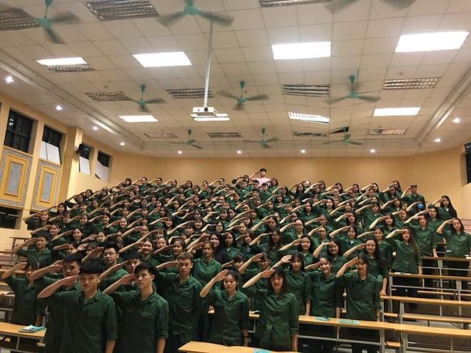 Cả lớp tạo dáng đều răm rắp trong giờ học Quốc phòng - những bức ảnh gây chú ý đặc biệt trên MXH - Ảnh 4.