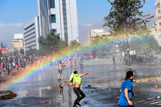 7 ngày qua ảnh: Cầu vồng xuất hiện trong cuộc đụng độ giữa biểu tình ở Chile - Ảnh 3.