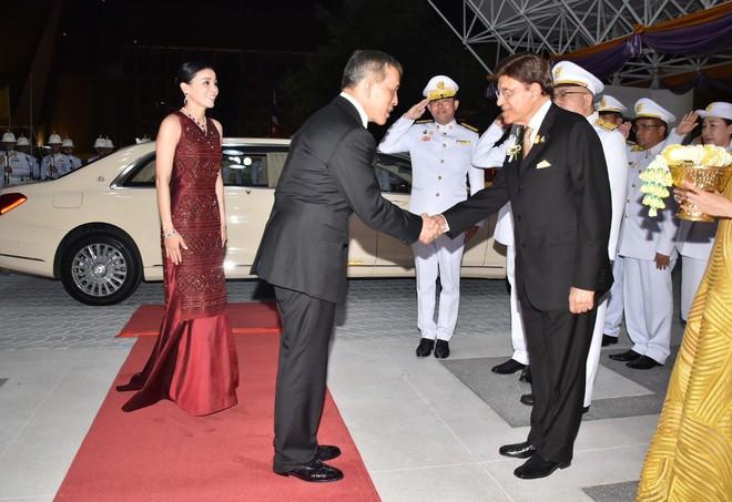 Sau khi Hoàng quý phi bị phế truất, Hoàng hậu Thái Lan trở thành tâm điểm chú ý với nhan sắc ngày càng rực rỡ và thần thái hút hồn - Ảnh 1.