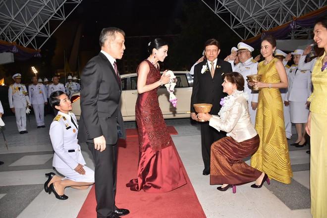 Sau khi Hoàng quý phi bị phế truất, Hoàng hậu Thái Lan trở thành tâm điểm chú ý với nhan sắc ngày càng rực rỡ và thần thái hút hồn - Ảnh 2.