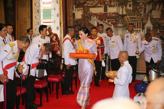 Sau khi Hoàng quý phi bị phế truất, Hoàng hậu Thái Lan trở thành tâm điểm chú ý với nhan sắc ngày càng rực rỡ và thần thái hút hồn - Ảnh 5.