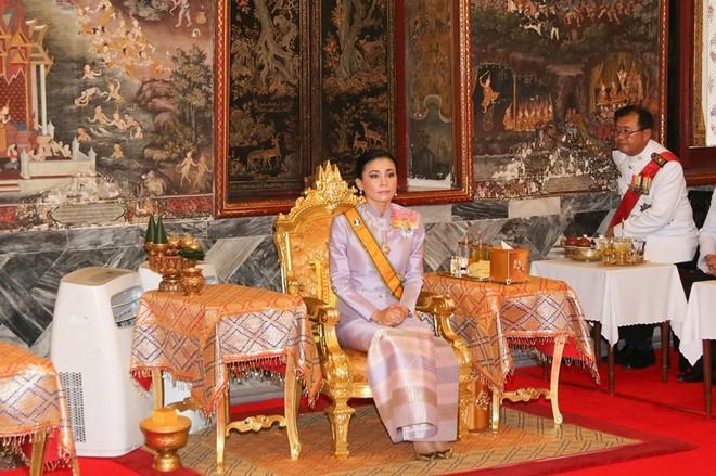 Sau khi Hoàng quý phi bị phế truất, Hoàng hậu Thái Lan trở thành tâm điểm chú ý với nhan sắc ngày càng rực rỡ và thần thái hút hồn - Ảnh 6.