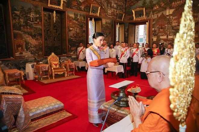 Sau khi Hoàng quý phi bị phế truất, Hoàng hậu Thái Lan trở thành tâm điểm chú ý với nhan sắc ngày càng rực rỡ và thần thái hút hồn - Ảnh 7.