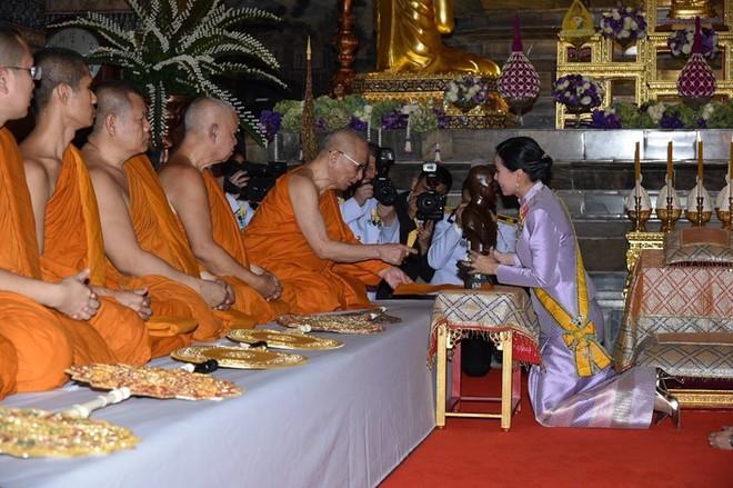 Sau khi Hoàng quý phi bị phế truất, Hoàng hậu Thái Lan trở thành tâm điểm chú ý với nhan sắc ngày càng rực rỡ và thần thái hút hồn - Ảnh 8.