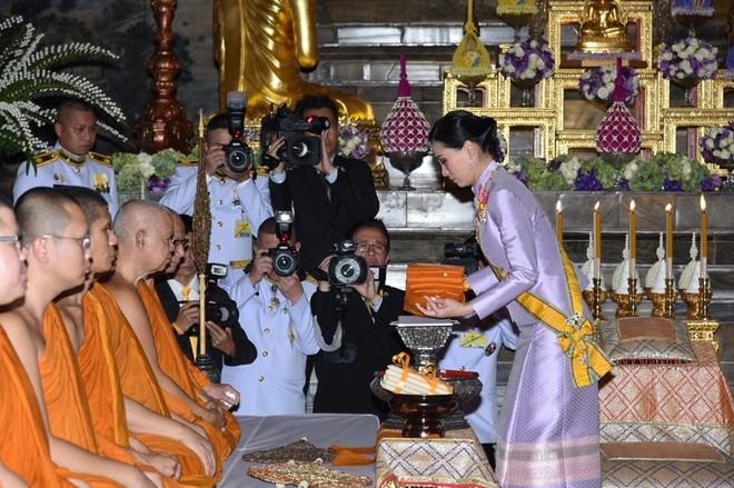 Sau khi Hoàng quý phi bị phế truất, Hoàng hậu Thái Lan trở thành tâm điểm chú ý với nhan sắc ngày càng rực rỡ và thần thái hút hồn - Ảnh 9.