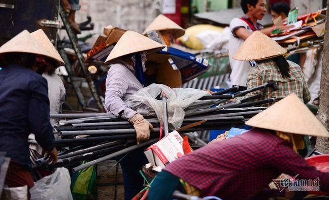 Những người phụ nữ nhặt ve chai ở Sài Gòn nuôi con đậu đại học - Ảnh 1.