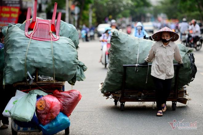 Những người phụ nữ nhặt ve chai ở Sài Gòn nuôi con đậu đại học - Ảnh 2.