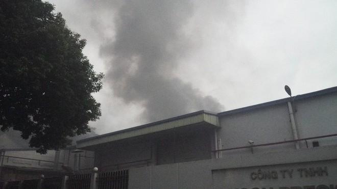 Cháy lớn, người dân xông vào để...livestream! - Ảnh 1.