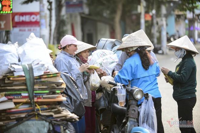 Những người phụ nữ nhặt ve chai ở Sài Gòn nuôi con đậu đại học - Ảnh 12.