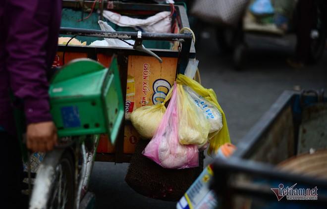 Những người phụ nữ nhặt ve chai ở Sài Gòn nuôi con đậu đại học - Ảnh 13.