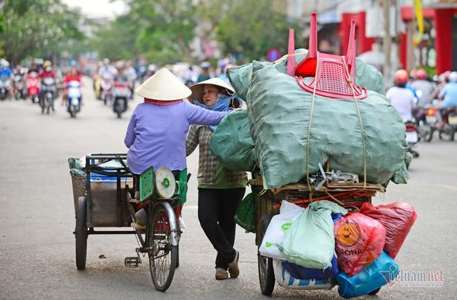Những người phụ nữ nhặt ve chai ở Sài Gòn nuôi con đậu đại học - Ảnh 14.