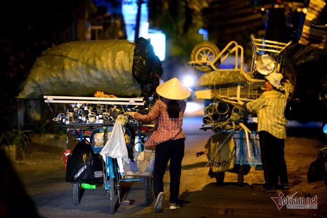 Những người phụ nữ nhặt ve chai ở Sài Gòn nuôi con đậu đại học - Ảnh 15.