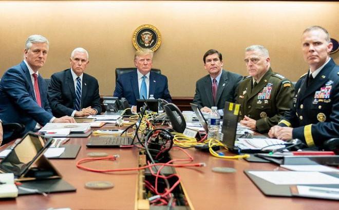 Nhà Trắng đăng ảnh ông Trump ngồi xem chiến dịch tiêu diệt thủ lĩnh IS