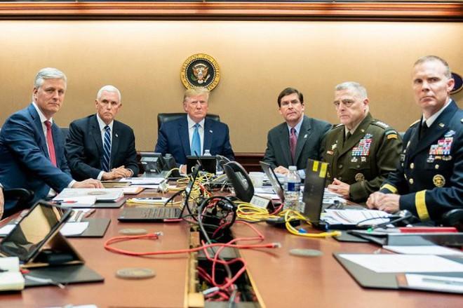 Nhà Trắng đăng ảnh ông Trump ngồi xem chiến dịch tiêu diệt thủ lĩnh IS - Ảnh 2.