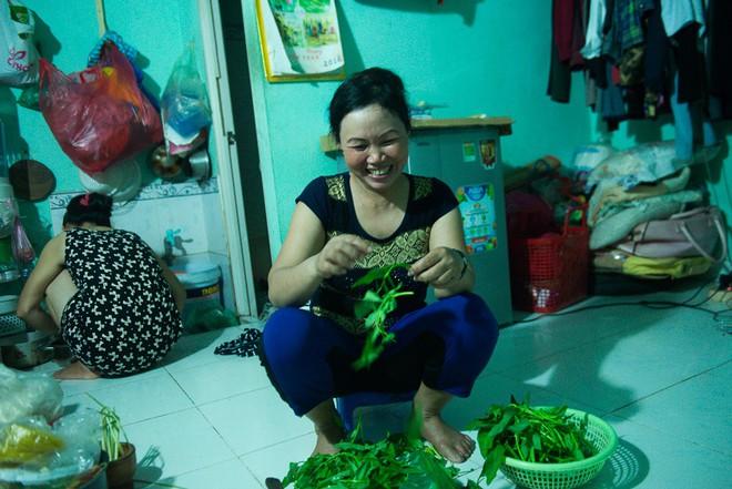 Những người phụ nữ nhặt ve chai ở Sài Gòn nuôi con đậu đại học - Ảnh 4.