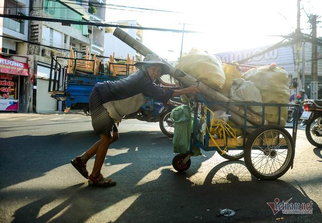 Những người phụ nữ nhặt ve chai ở Sài Gòn nuôi con đậu đại học - Ảnh 6.