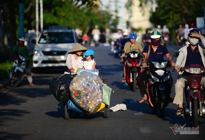 Những người phụ nữ nhặt ve chai ở Sài Gòn nuôi con đậu đại học - Ảnh 9.