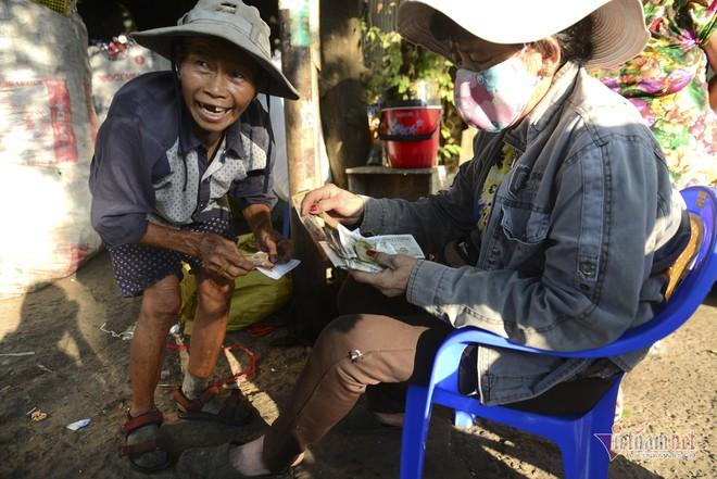Những người phụ nữ nhặt ve chai ở Sài Gòn nuôi con đậu đại học - Ảnh 10.