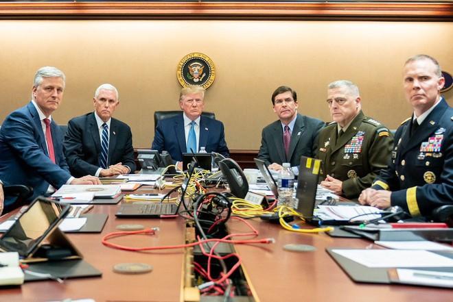 So sánh ảnh ông Trump, ông Obama quan sát giết trùm khủng bố - Ảnh 1.